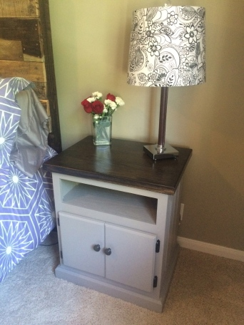 Fresh flowers and a lamp make for a beautiful nightstand